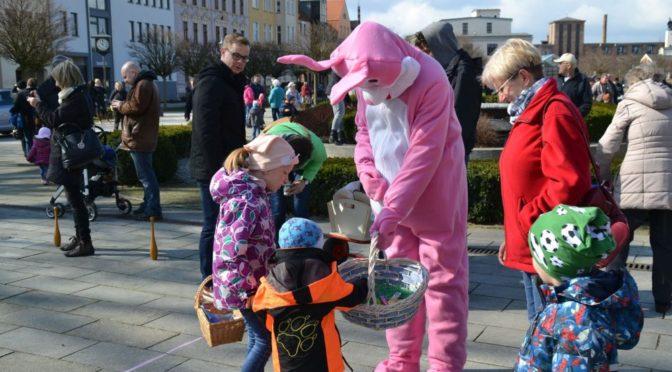 Osterhase und seinen Breesener Kollegen laden am Ostersamstag in die Gubener Innenstadt